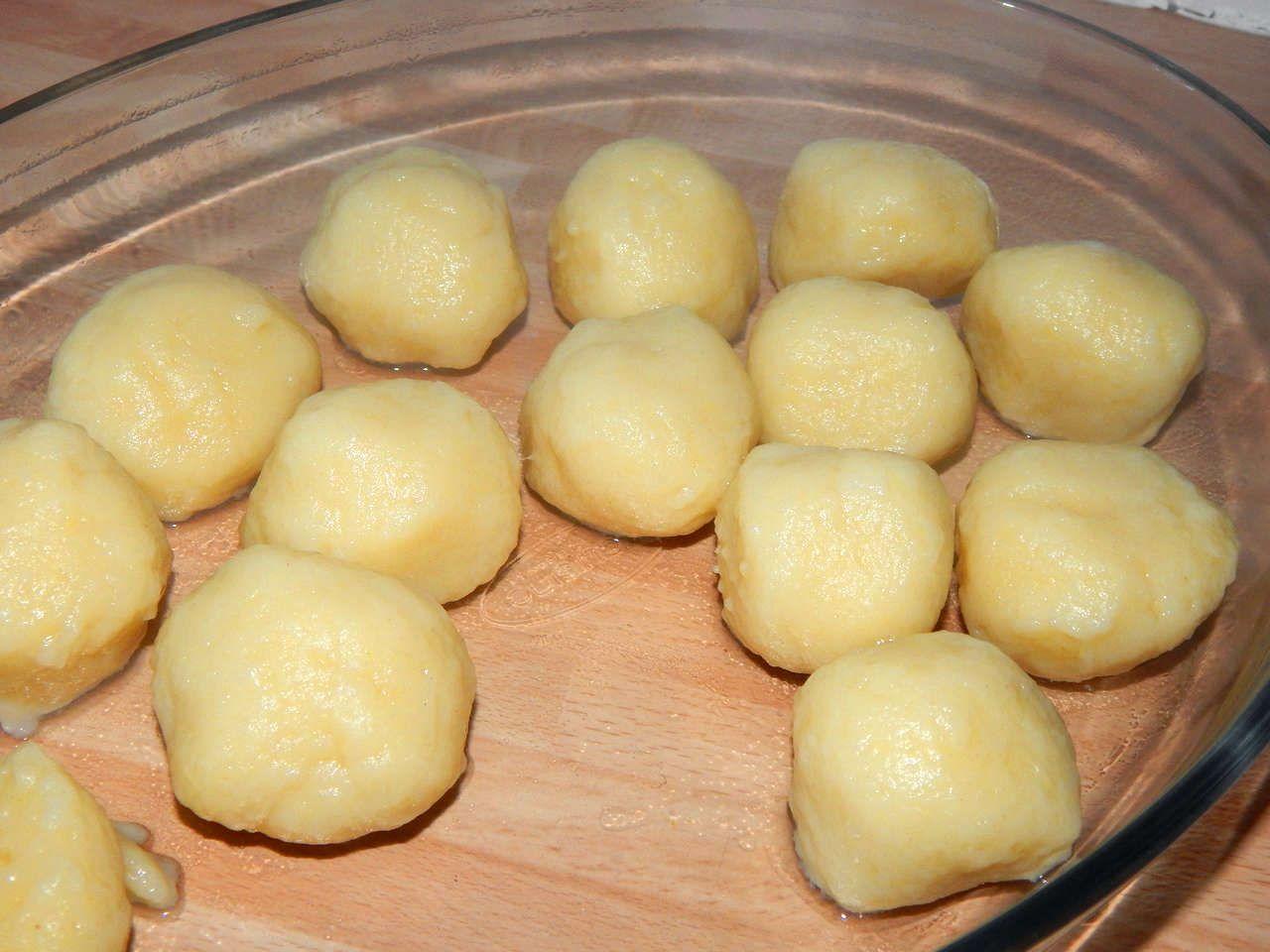 Burgonyagombóc recept: Ez egy klasszikus burgonyagombóc recept. Köretként adhatjuk, főként húsételek mellé. Nagyon egyszerű, és nagyon finom. :)