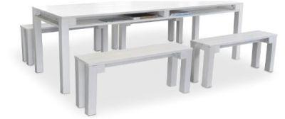 Eettafel met banken gemaakt van pallets of steigerhout, wit geschilderd.