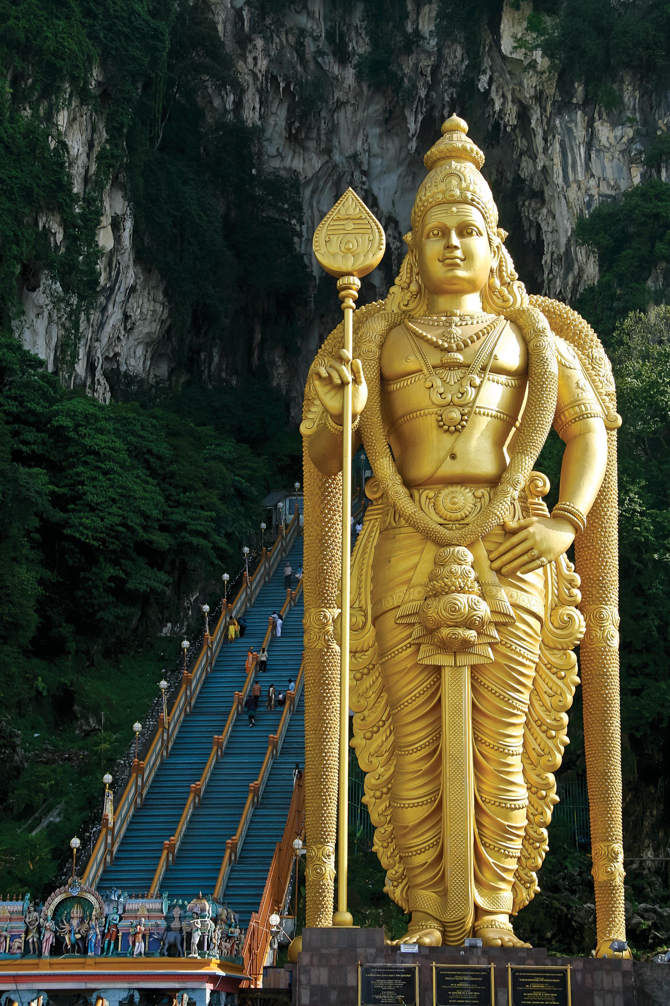 Las Cuevas de Batu, de 400 millones de años. Nada prepara al visitante al encuentro con la estatua de oro, de 45 metros, de la deidad Murugan, que guarda la entrada a uno de los templos hindúes más importantes fuera de la India.