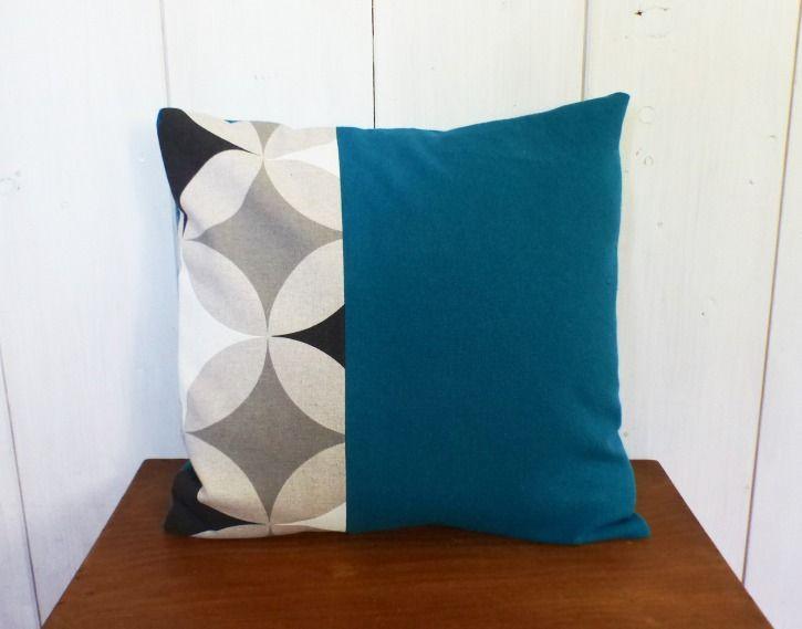 housse de coussin 40 x 40 cm tissus bleu canard et geometrique gris beige et noirs losanges et cercles textiles et tapis par zig et zag