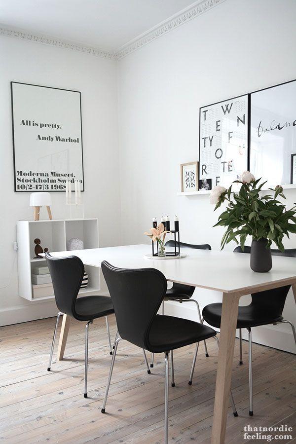 Comedor con mesa escandinava y sillas jacobsen negras for Sillas cocina negras