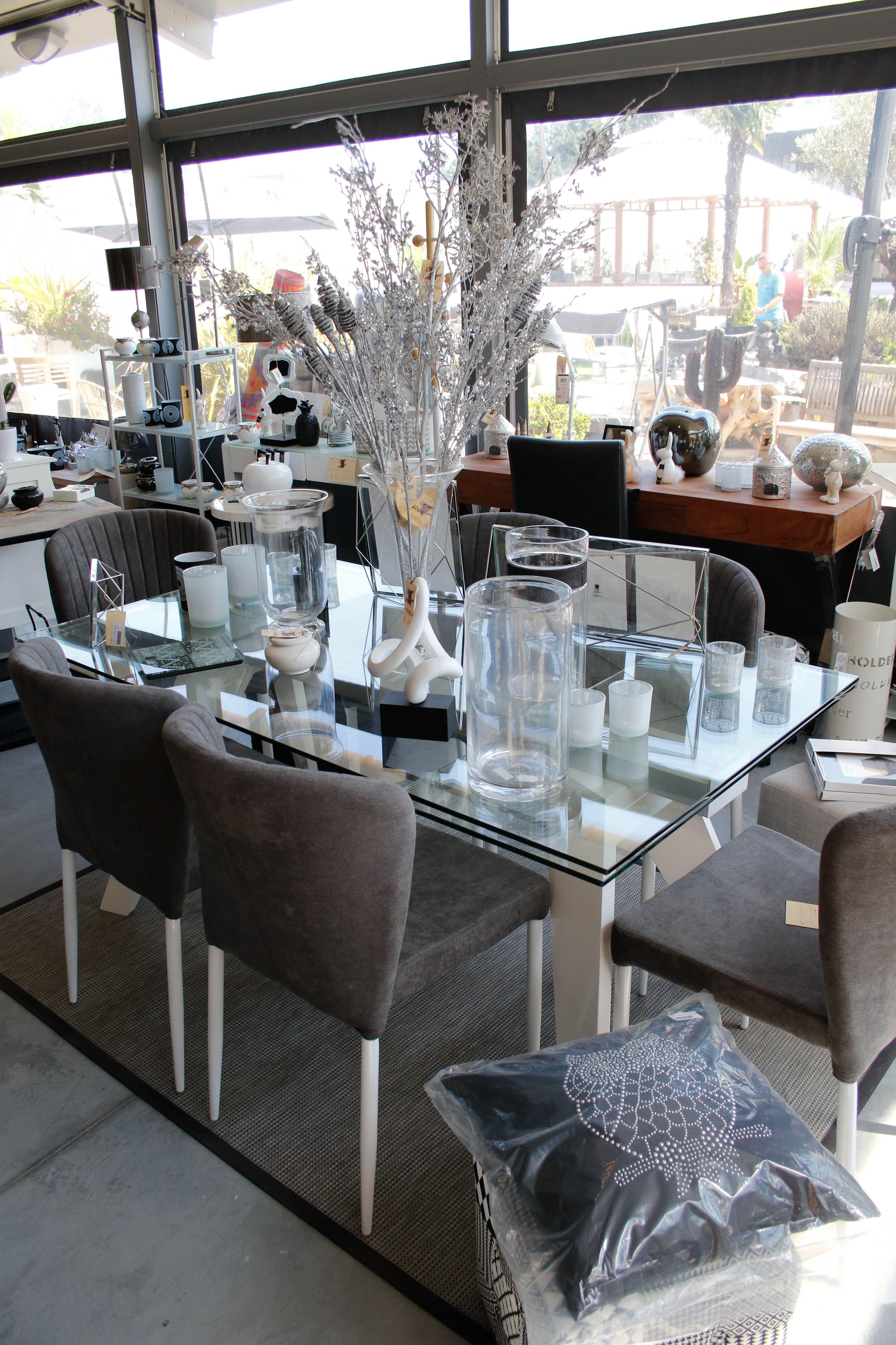 Table En Verre Avec Chaises Decoree De Cadres Photo De Vases En