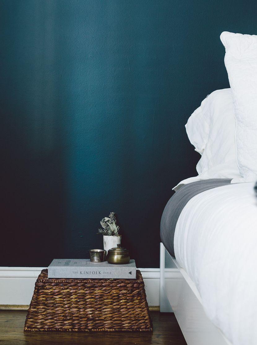 our guest room update the fresh exchange slaapkamer accent muren blauwgroene muren beschilderde