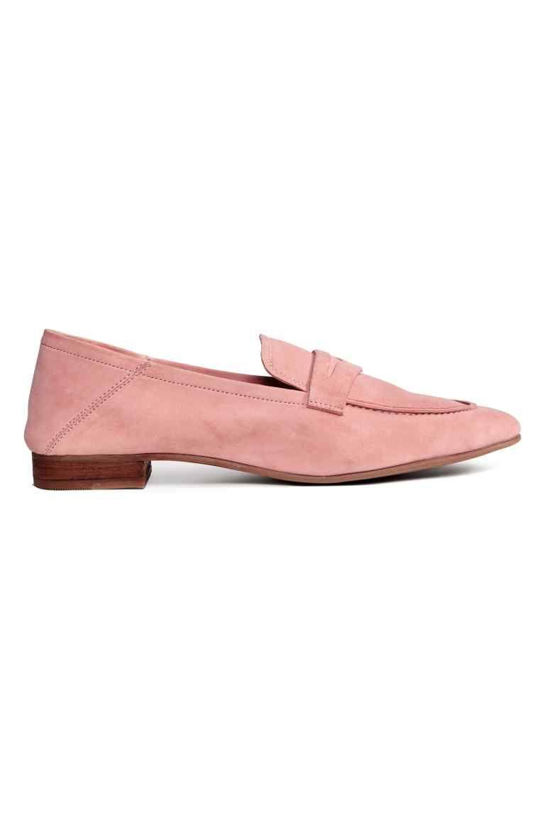 f66ab983b23 Mocasines en ante suave con talón flexible para poder llevarlos como  zapatillas. Forro y plantillas de piel. Suela de goma. Tacón 2 cm.