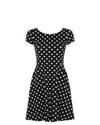 Combinar vestido negro con puntos blancos