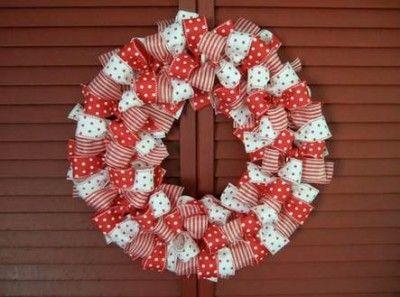 Corona navideña hecha con cintas