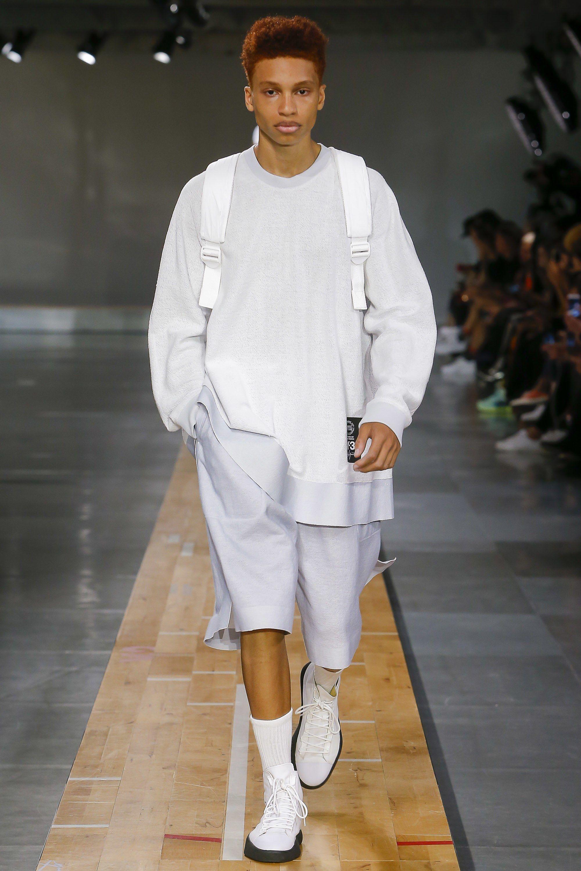 ba0bc0f5b603e Y-3 Spring 2018 Menswear Collection Photos - Vogue 假两件T-Shirt设计概念