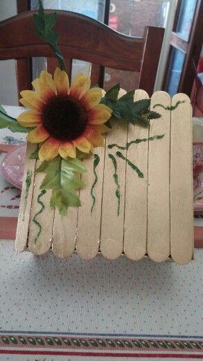 Porta gioie rivestito in legno con abbassa lingua e decorazione