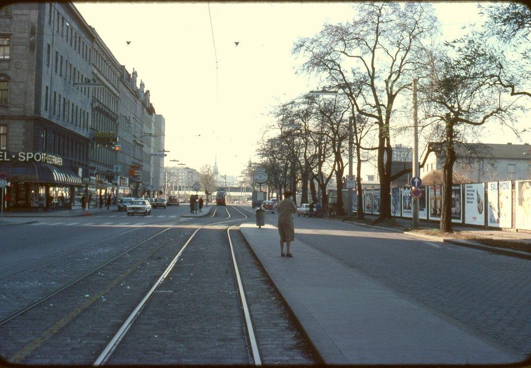026R20251176 Stadt, Lassallestraße stadteinwärts, von Wolfgang Schmälzlgasse, rechts Mauer des Frachtenbahnhofes Wien Nord.jpg