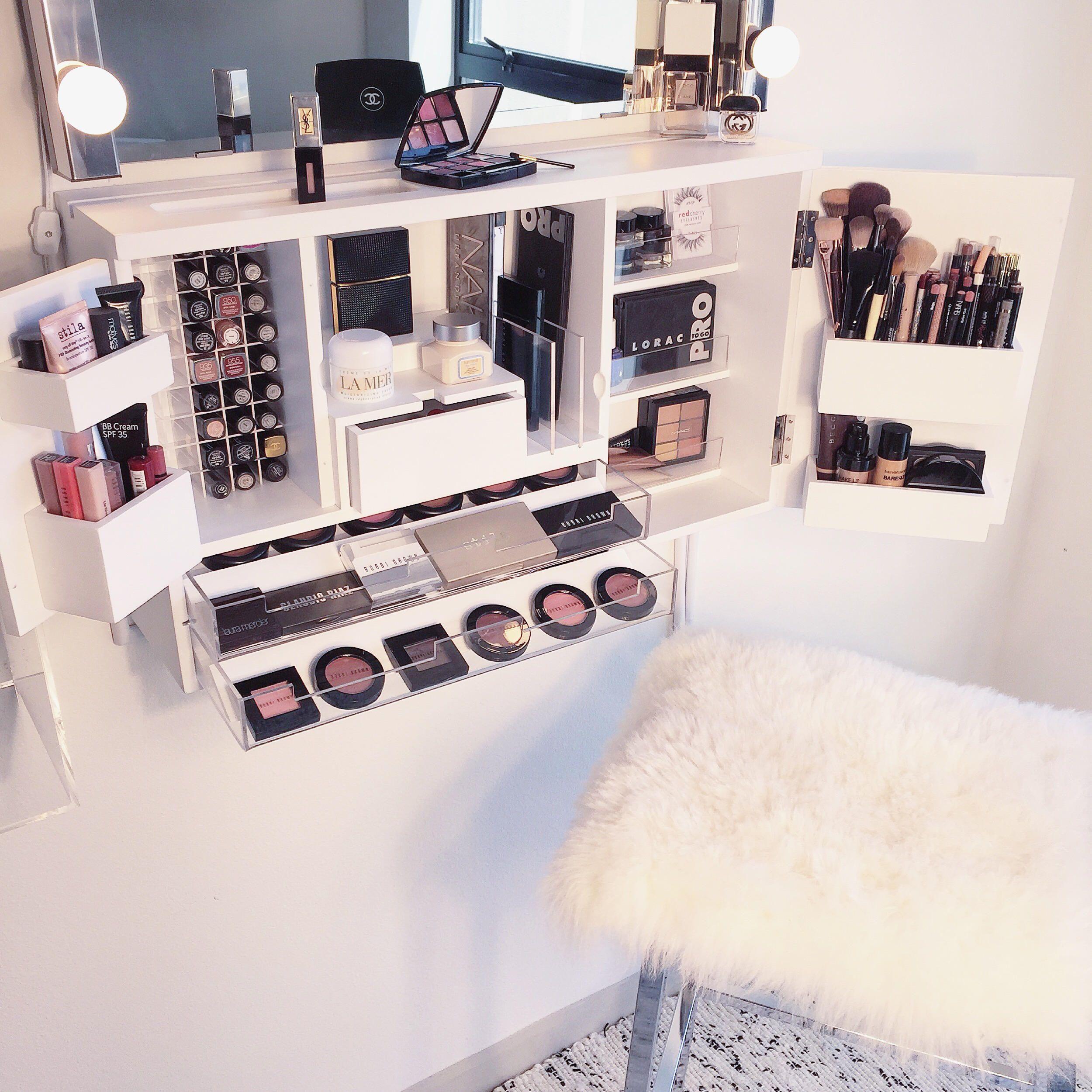 en la pared/encimera de maquillaje