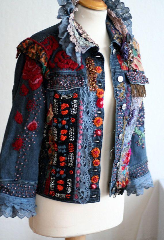 Over-the-top kleurrijk Boheemse jas, gebruikte materialen dateren terug van  1900 tot hedendaagse. De voorkant is versierd met rijke stoffen,  borduurwerk en ... d734eda03b