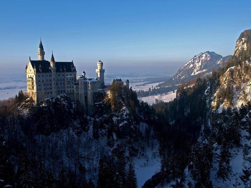 Das Wunderschone An Eine Prachtige Mittelalterburg Erinnernde Schloss Neuschwanstein Steht Auf Einem Zerkl Neuschwanstein Schloss Neuschwanstein Wanderung