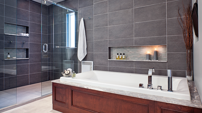 une salle de bains lumineuse et l gante toilet. Black Bedroom Furniture Sets. Home Design Ideas