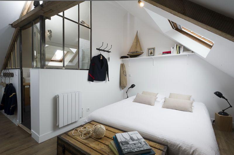 un studio mansardé façon mini loft | Mansardé, Poutre apparente et ...