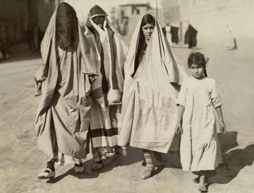 Httpwww Overlordsofchaos Comhtmlorigin Of The Word Jew Html: Joodse Vrouwen Het Dragen Van Traditionele Kleding Lopen