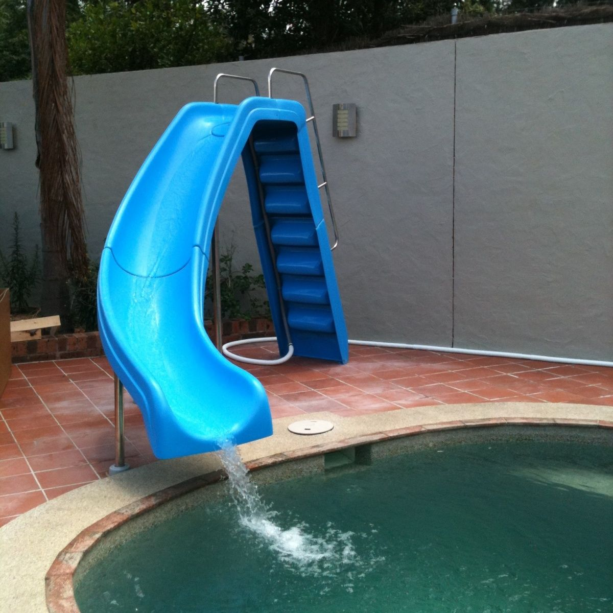 f040ac8bd1cdd8 The Wild Ride The 2 metres high Wild Ride™ slide offers up a fantastic  thrill for big and little sliders. The Zoom Flume™ water delivery system  supplies a ...
