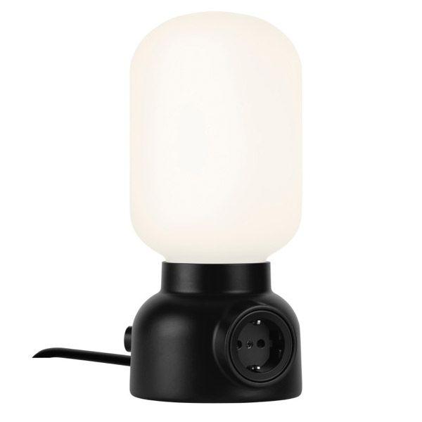 Ateljé Lyktanin Plug-valaisin toimii paitsi valaisimena myös silmää miellyttävänä jatkojohtona. Form Us With Love halusi tehdä lopun jatkuvasta pistorasioiden metsästyksestä ja asetti sellaisen pöytävalaisimen jalustaan.