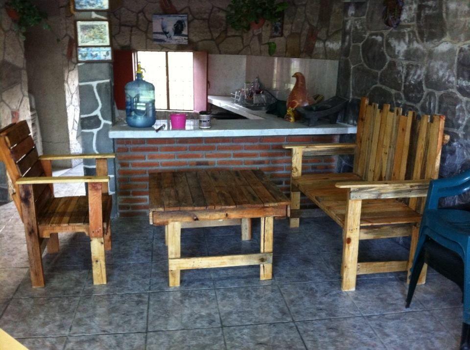sala rustica con madera reciclada de tarima reutilizar