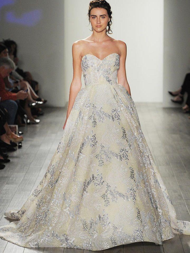 Strapless sweetheart wedding dress | itakeyou.co.uk #strapless #sweetheart #bride #weddinggown #bridalgown #weddingdresses #weddingdress #lazaro #wedinggown