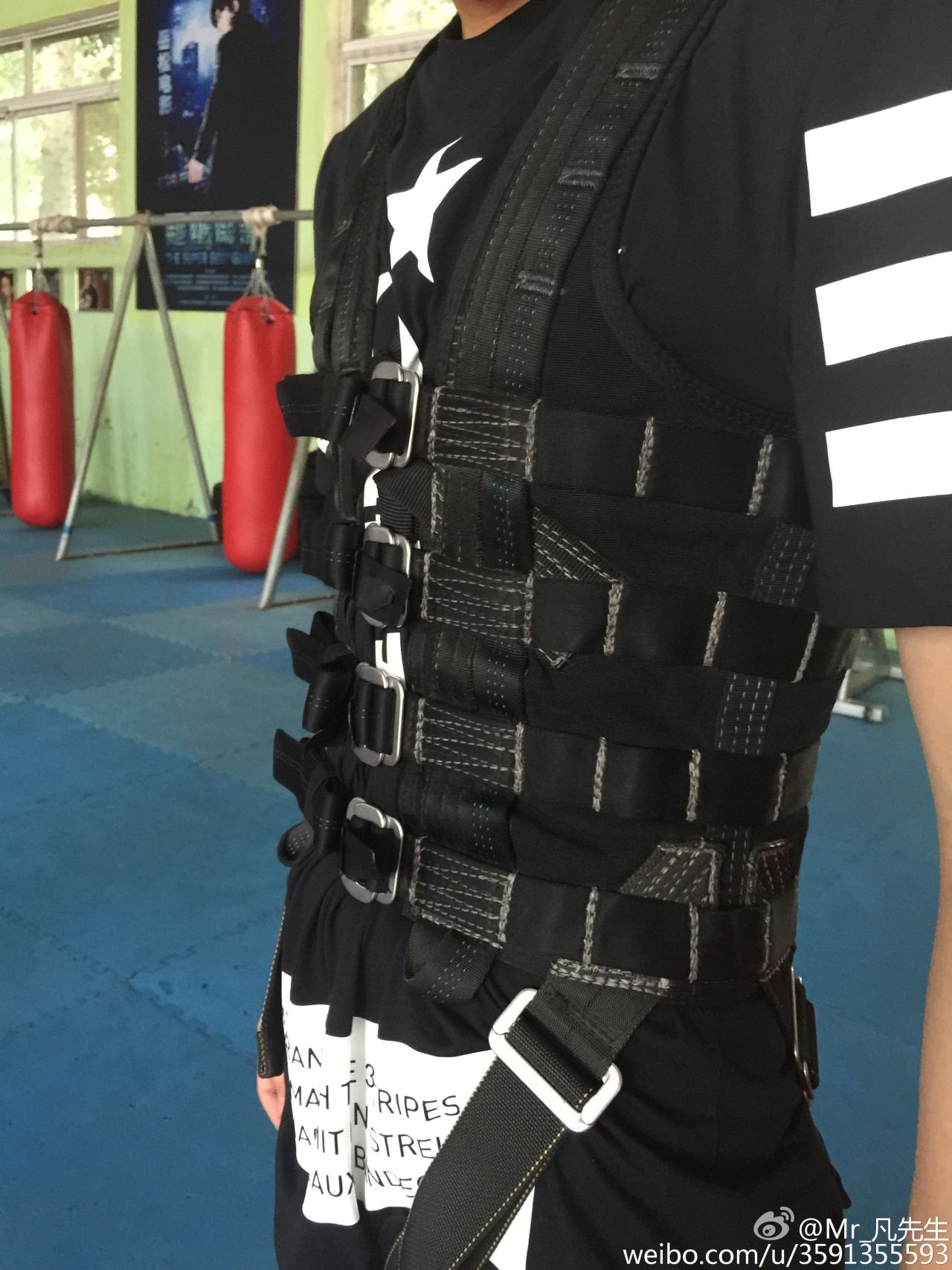 150803 Wu Yi Fan weibo update : Eight pack, (this) formidable challenger has strong self confidence...XD #thisdork