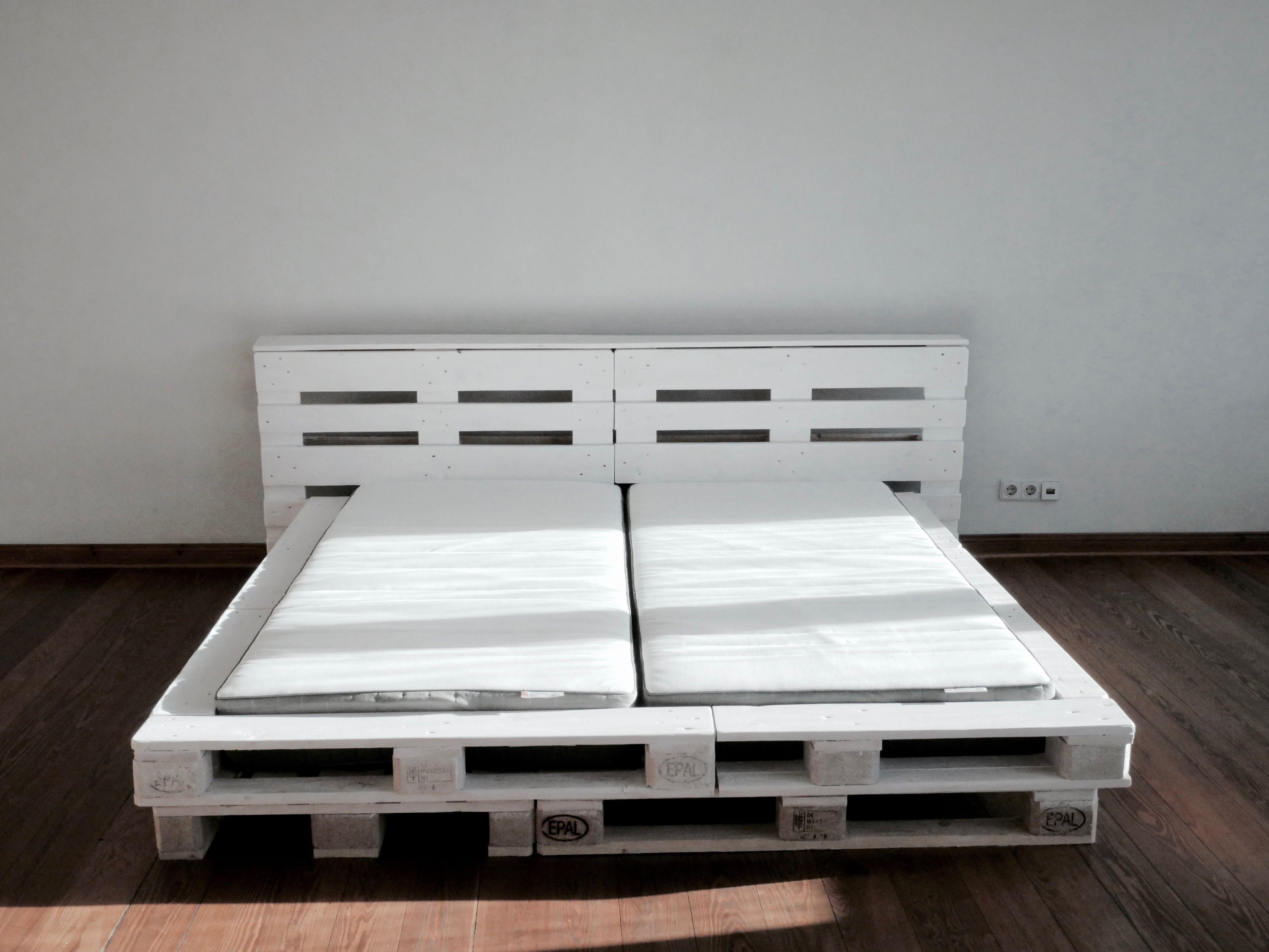 Wir Haben Ein Super Schones 180x200 Cm Palettenbett Gebaut Wie Wir Das Gemacht Haben Was Ihr Dafur Bra Palettenbett Bett Aus Paletten Bett Aus Paletten Bauen