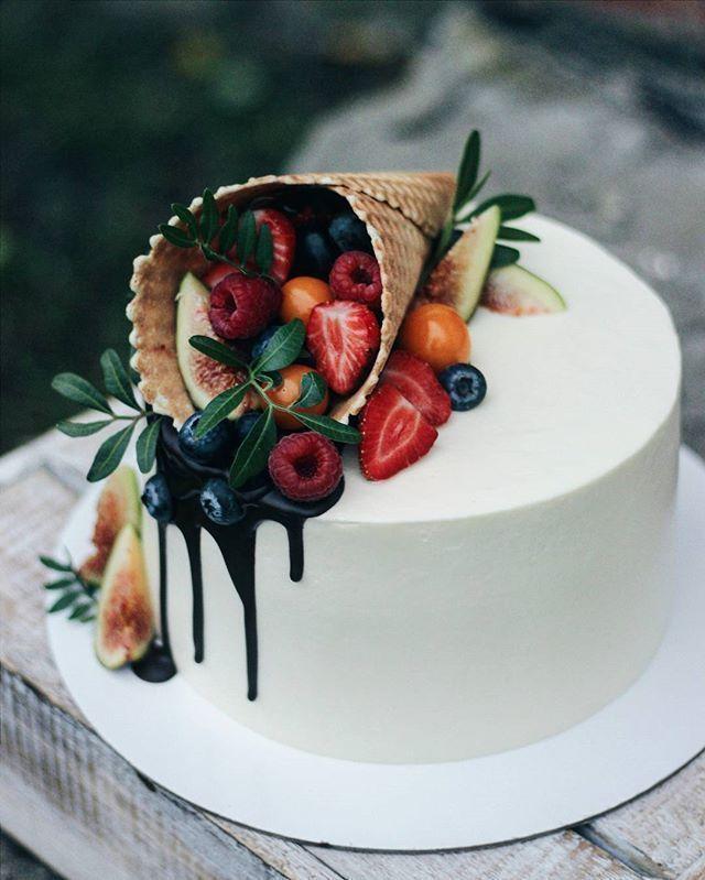 Einfache Tortendekoration: Tortendekoration mit Eistüte und frischen Früchten … – Decorating Ideas