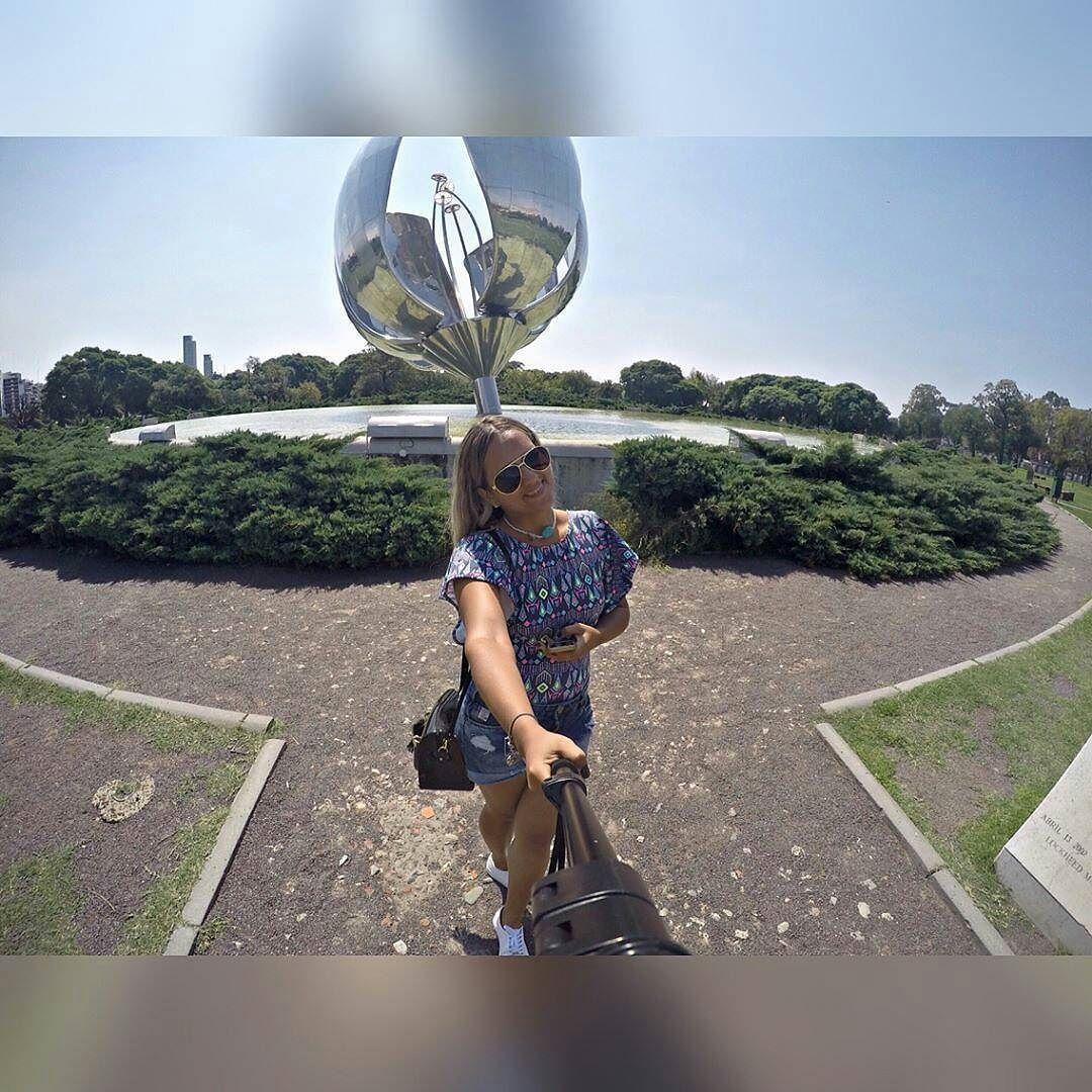 @amandasaantos25 -  Floralis . .. . Você chega lá com Aquela Sua Viagem!. . #baires #bsas #gopro #floralisgenerica #aquelasuaviagem #lovetravel #citytour #goprohero4 #beahero #gpmundo #buenosaires #argentina #loucosporgopro #flowers #travelingram #sunday #buenosairesphoto