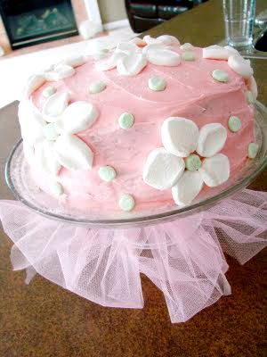 love the tulle on the cake plate dont think i can do icing this