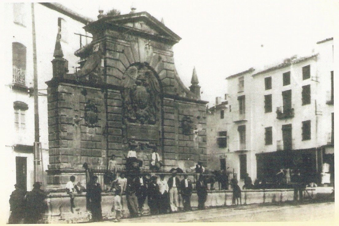 fotografía del pilar ubicado en la confluencia de la calle San Francisco y la Plaza de la Fuente Nueva
