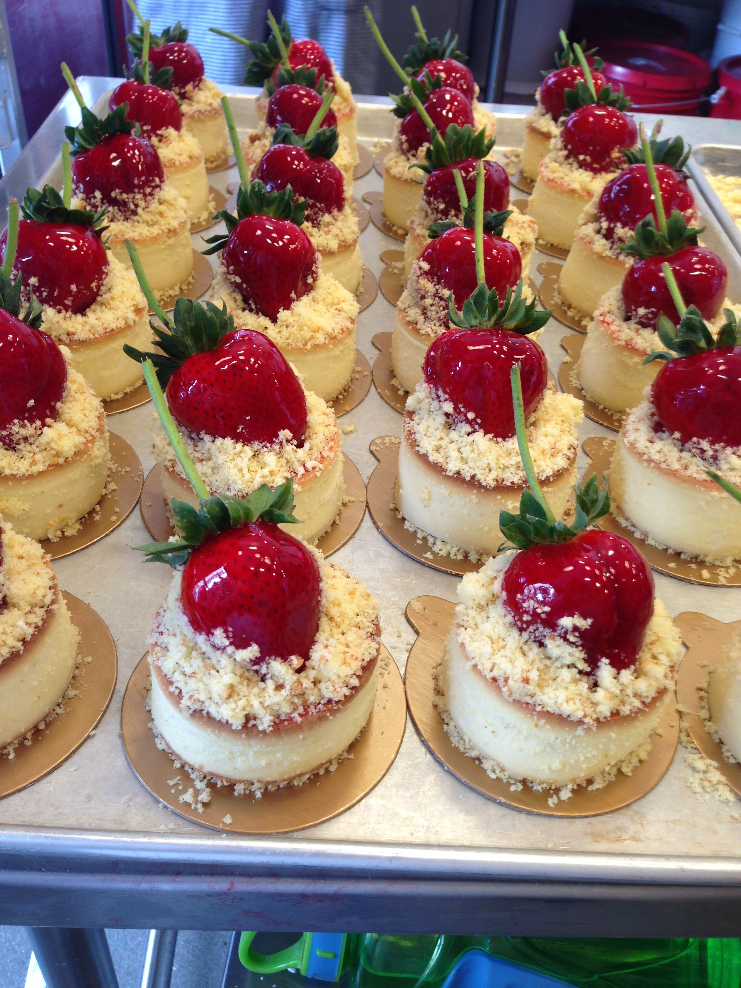 Mini Cheesecakes Topped With Strawberries. | Cheesecake ...