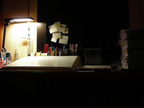 En esta imagen hay mala iluminación ya que el foco esta mal ubicado lo que no permite que el foco ilumine completamente el espacio.