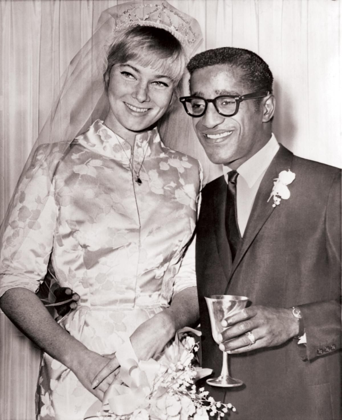 13 KASIM 1960 - Sammy Davis, Jr., İsveçli oyuncu May Britt ile evlendi. Irklar arası evlilik ABD'nin … | Swedish actresses, Celebrity weddings, Favorite celebrities