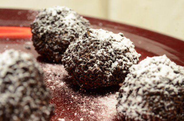 Σήμερα σας ντύνω ζαχαροπλάστες και πάμε για τρουφάκια χιονόμπαλες, μπισκότα στολίδια, μαρόν γκλασέ του ονείρου και... του παραμυθιού! Ζήτω η γλύκα!   eirinika.gr