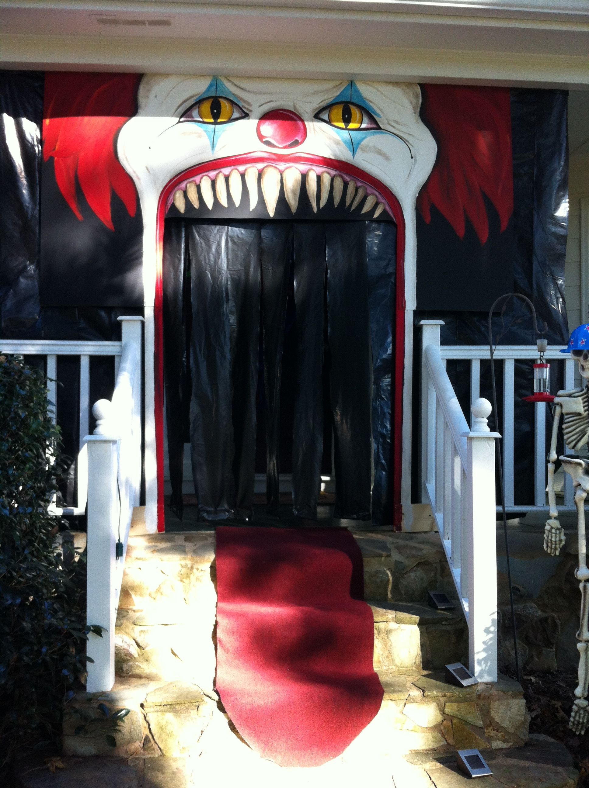 evil clown halloween. porch decor. / porche decorado con payaso