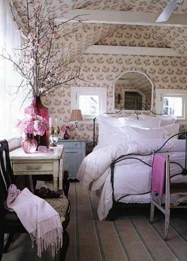loving the pink accents and floral wallpaper by maritza