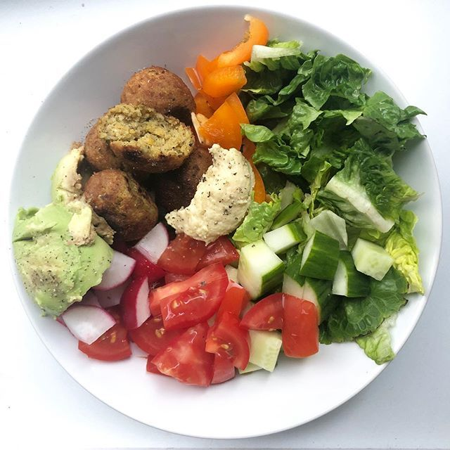 ~Falafel salad with hummus and avocado~  After the running training on Tuesday I had only a salad and cake for dessert 🌱 actually I always have carbs to my salad like some rice or bread. But  I ate already alot during the day, so I skipped the carbs. Falafel, hummus and avocado- that's just an amazing combo 🥰  Have a lovely everyone ❤️ vegandeutschland