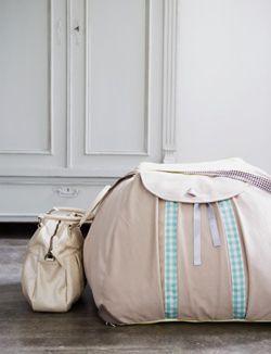 DIY Puff made of XXL bag #pouffe - Poef gemaakt van XXL-tas. Kijk op www.101woonideeen.nl