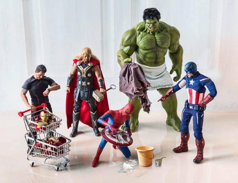 Serie de fotos del fotógrafo hrjoe muestra superhéroes de juguete en situaciones hilarantes.
