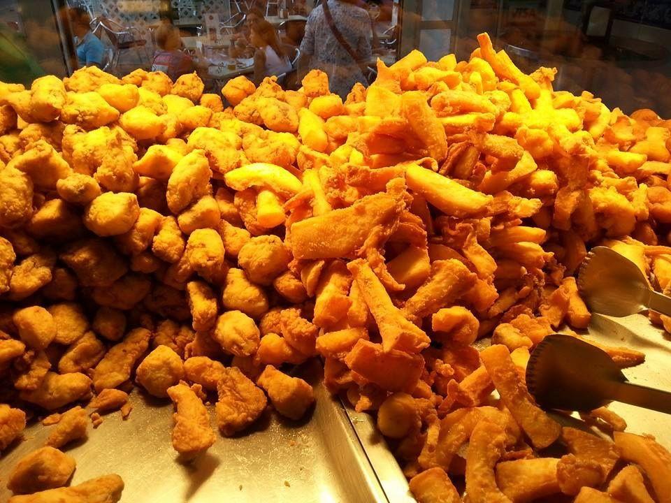 Vitrina llena de pescado frito. F. Puerta de la Carne http://www.puertadelacarne.telepescaito.es #Sevilla