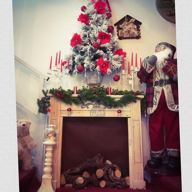 Camino Di Babbo Natale.La Calda Atmosfera Di Un Camino Addobbato Per Natale