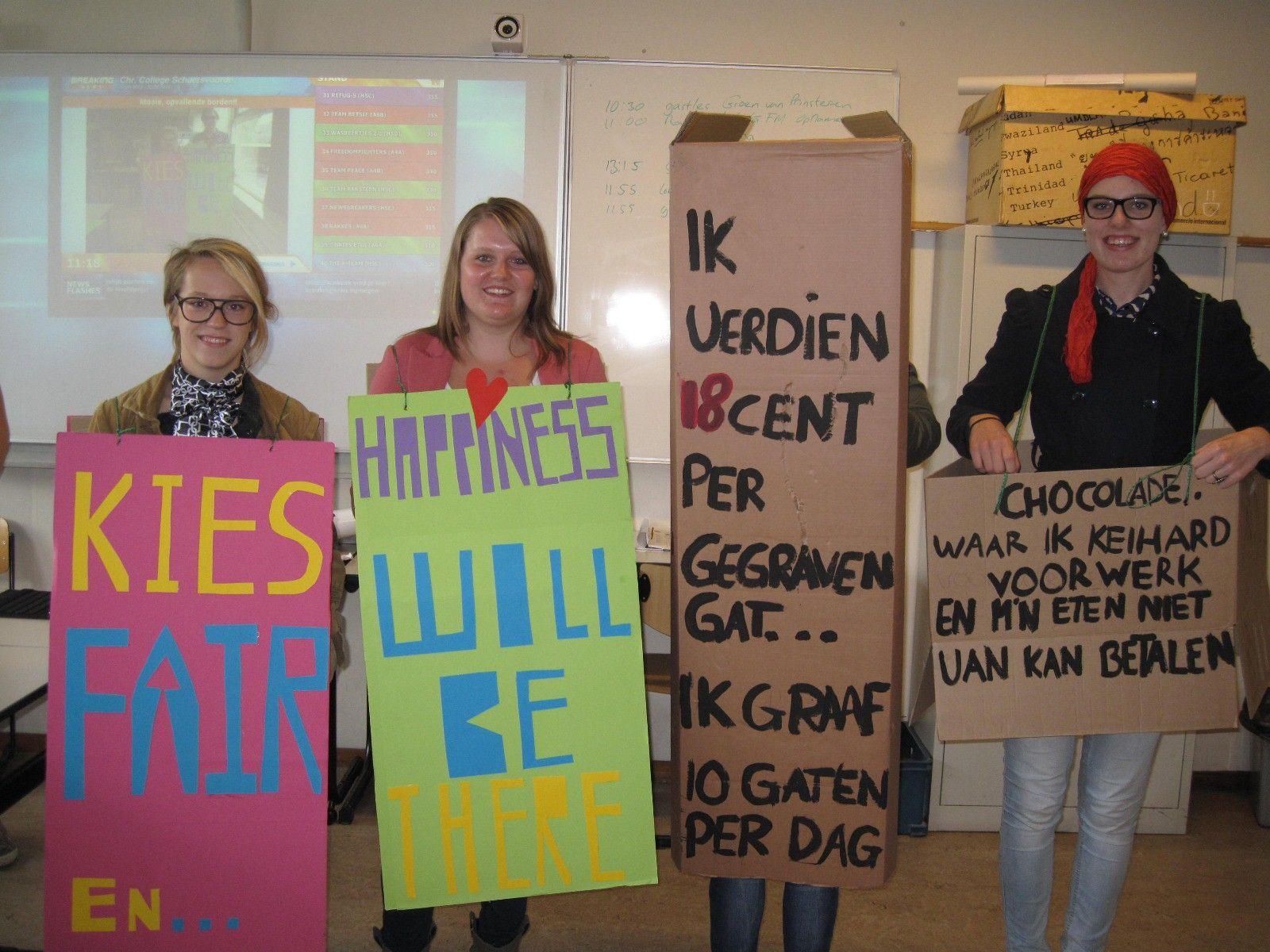 Als levend reclamebord gingen ze de straat op, dit groepje van het Schaersvoorde College in Aalten. Fairtrade is duidelijk de betere keus!