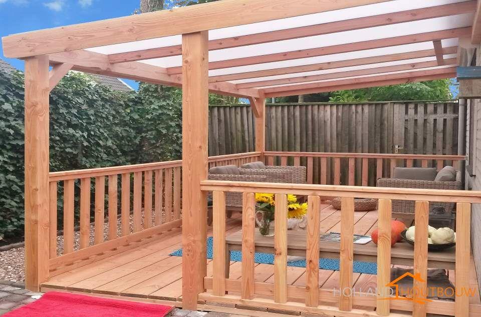 Houten veranda aan huis met hellend polycarbonaat of glazen