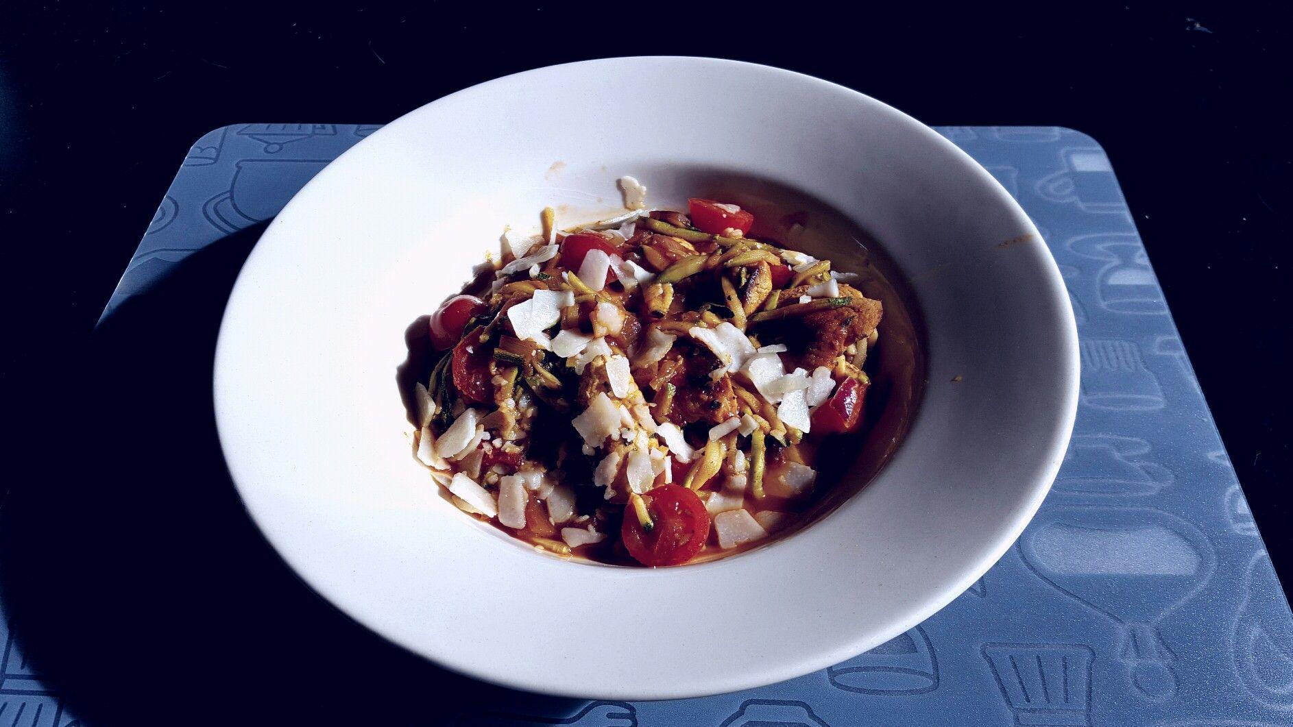 Courgettespaghetti met tomaten kip en Parmezaanse kaas