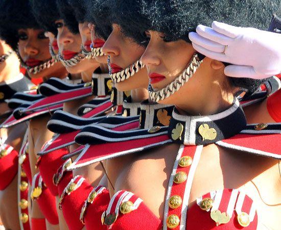 Il corpo di ballo del Crazy Horse è sbarcato a Londra per il lancio del loro nuovo show 'Forever crazy' e per l'occasione indossano le divise della Guardia Reale della Regina