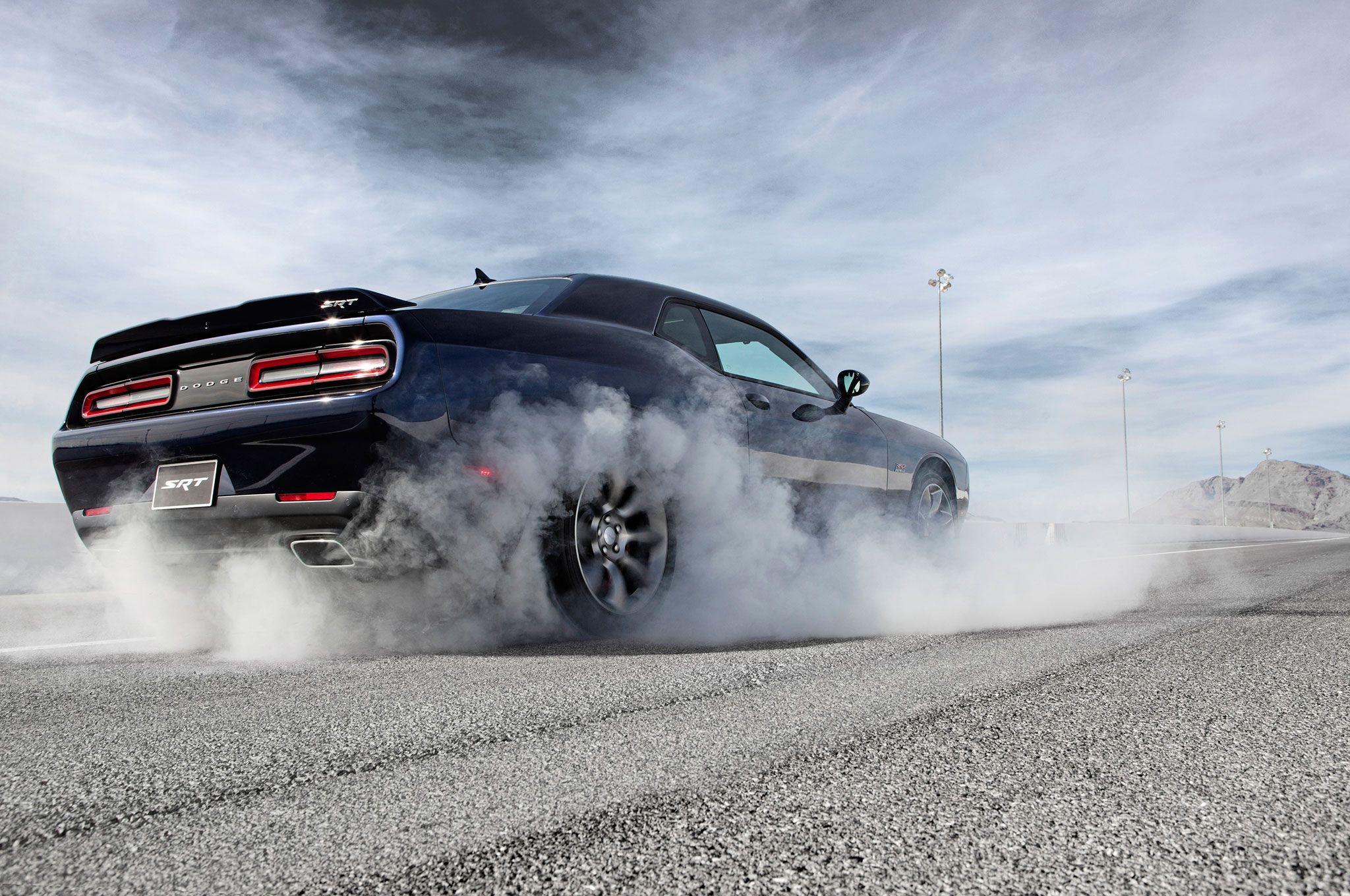 2015 dodge challenger srt hemi hellcat burnout - 2015 Dodge Challenger Srt With The Hemi Hellcat Engine