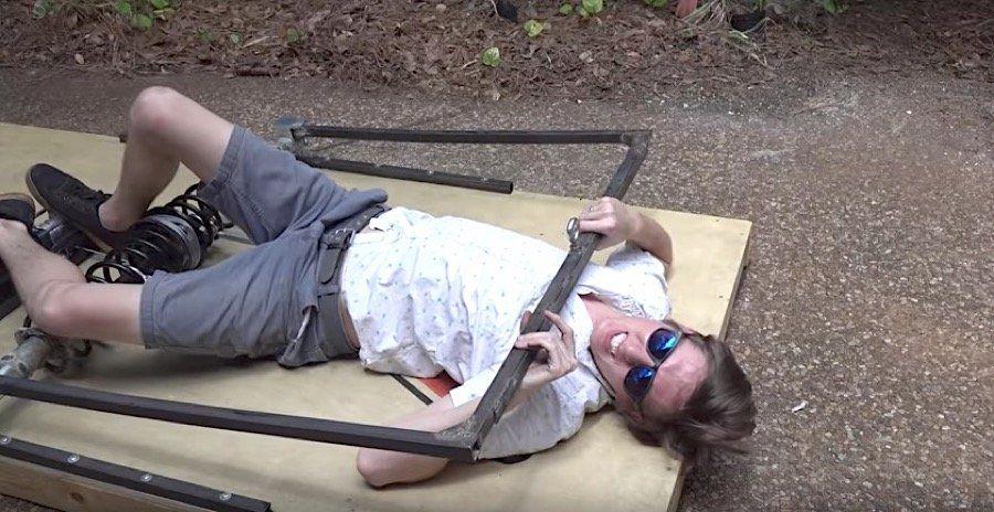 Video: Dinge in einer riesigen Mausefalle zerstören  Inspiriert von einem heimischen Nagerproblem hat Kevin Kohler alias The Backyard Scientist eine überlebensgroße Mausefalle gebaut, die so ziemlich...
