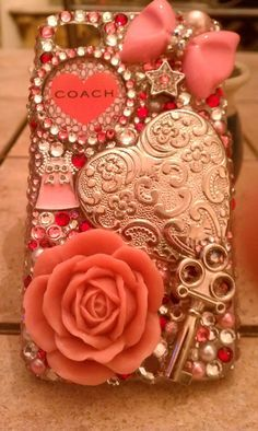 #Case para #celular que pode ser reproduzida em casa usando cola de silicone ou até mesmo cola instantânea para colar adereços semelhantes ao visto na imagem a uma #capinha de silicone lisa do modelo do seu celular. #PhoneCase #CellPhoneCase #Crystal #Pink