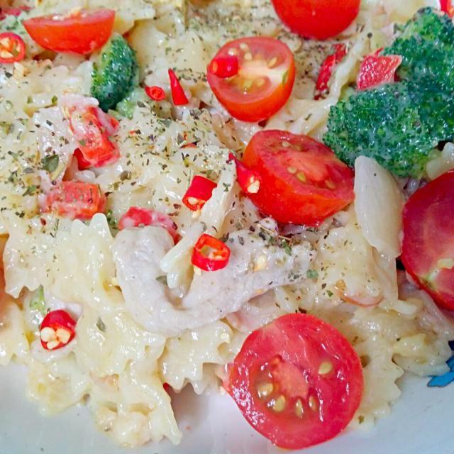 レシピとお料理がひらめくSnapDish - 34件のもぐもぐ - Carbonara Pasta with Cherry Tomatoes + Broccoli +  Red Peppers + Ham + Chilli Padi by lynnlicious