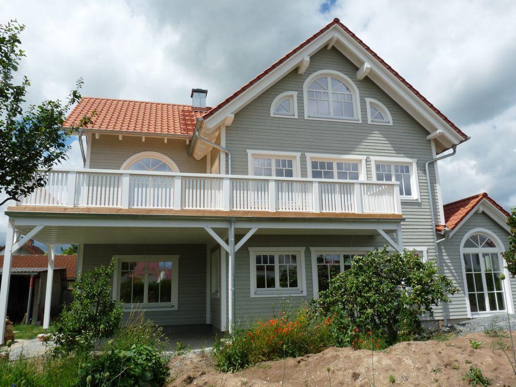 Mit Veranda und großem Balkon bietet dieses Holzhaus viele schöne ...