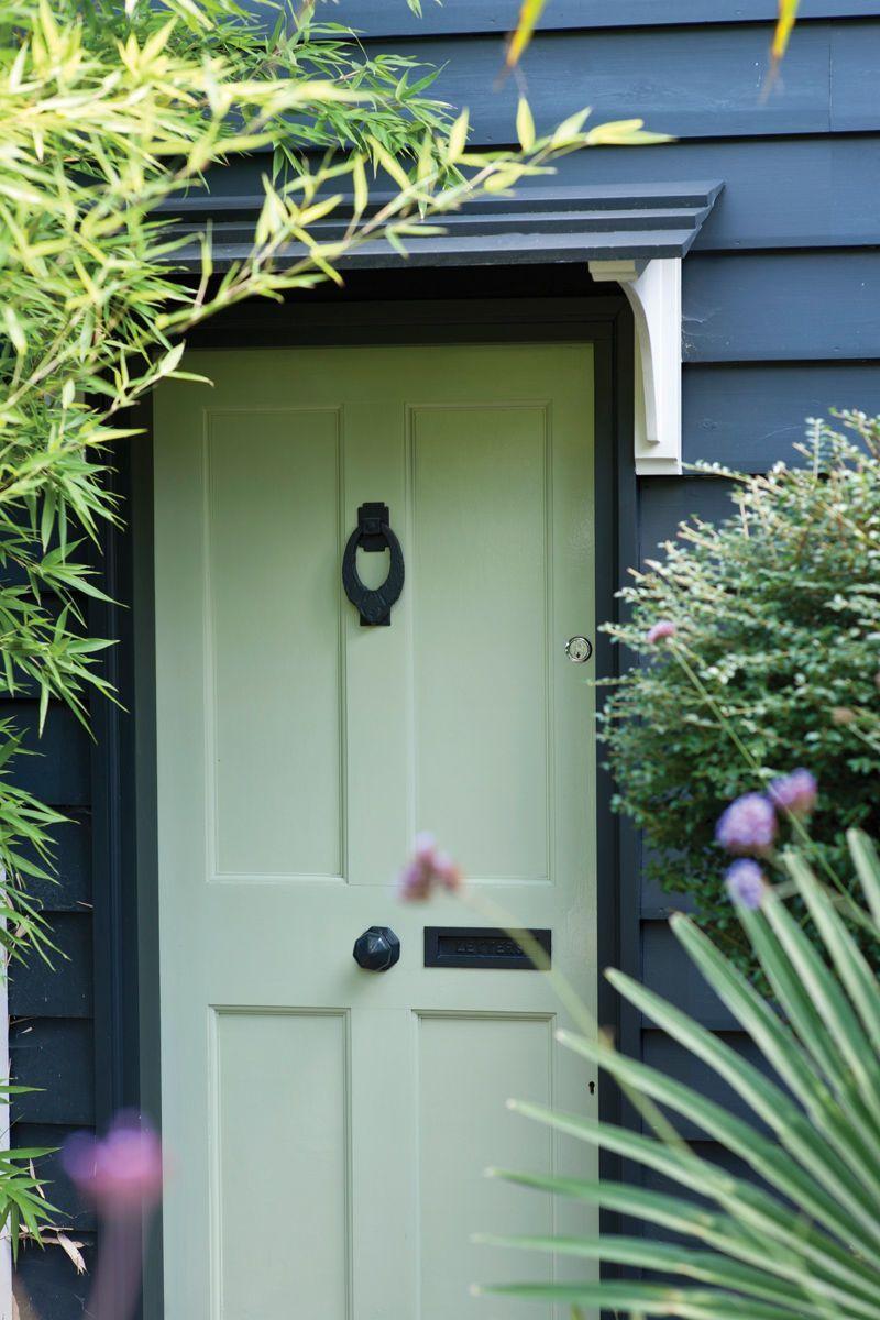 Quelle Couleur Choisir Pour Peindre Des Portes on opte pour du gris-vert pour la porte d'entrée | mobilier